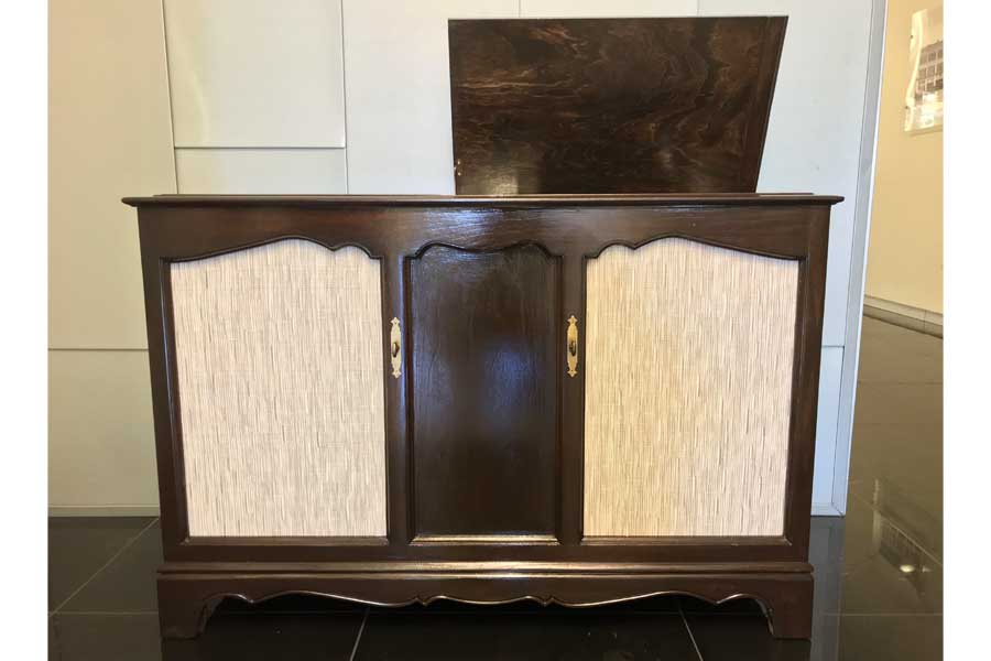 Renovated Admiral stereo featring Bose speakers